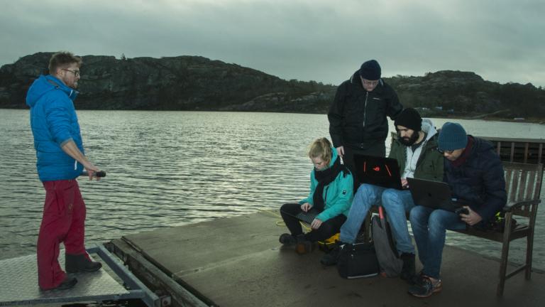 SMaRCs team följer roboten från bryggan